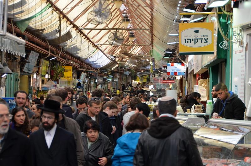Israelíes judíos y árabes en el mercado en Jerusalén