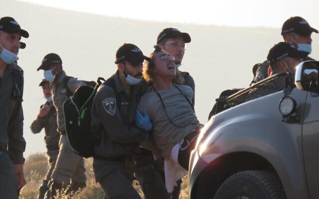 Colono arrestado por la policía en Maoz Ester (2020)