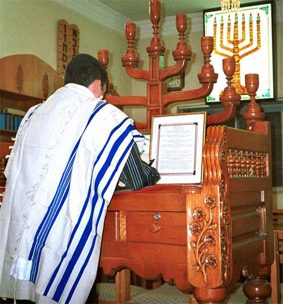 Judío persa orando en sinagoga de Shiraz (Wikipedia)